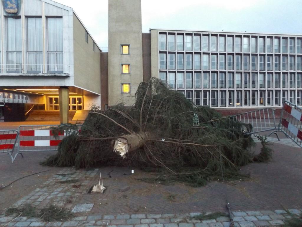 Kerstboom Plein 1945 tegen de grond