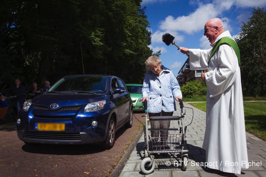 Auto's zegenen bij Naaldkerk