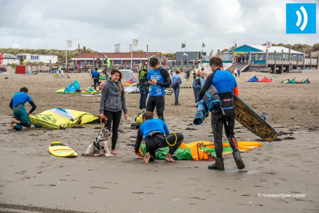 Kiters trotseren klotsende Noordzee