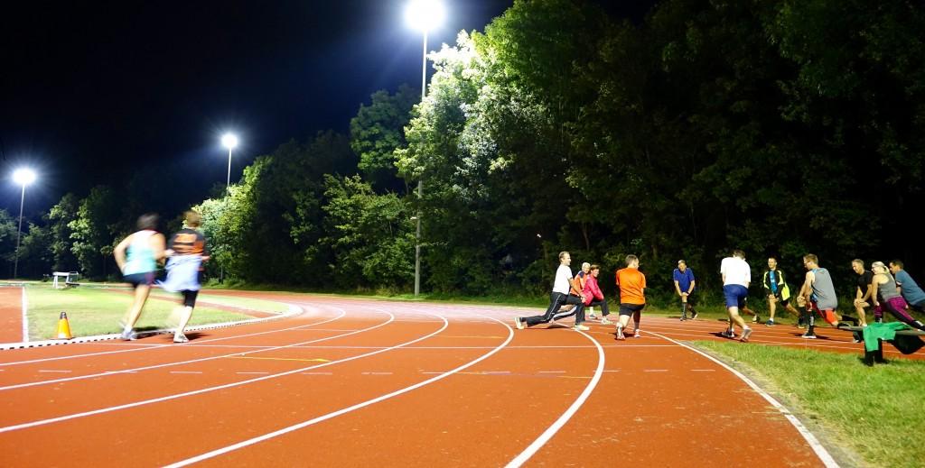 Wintertraining op led-verlichte atletiekbaan