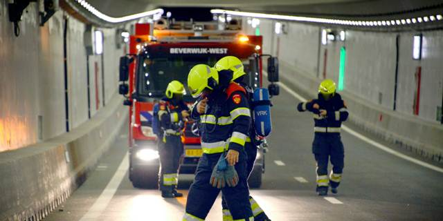 Brandweer oefent in Velsertunnel