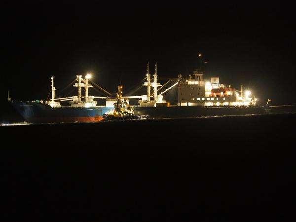 Vrachtschip vast op Zuidpier IJmuiden