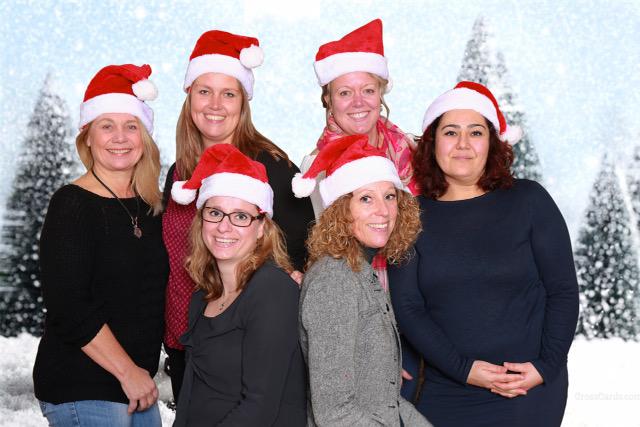 Sociaal Wijkteam in kerstsferen op de weekmarkt IJmuiden