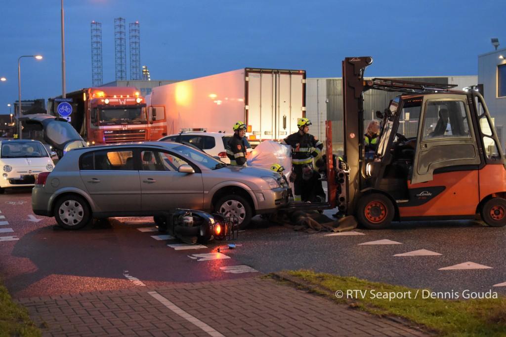 Snorscooter geschept door een auto
