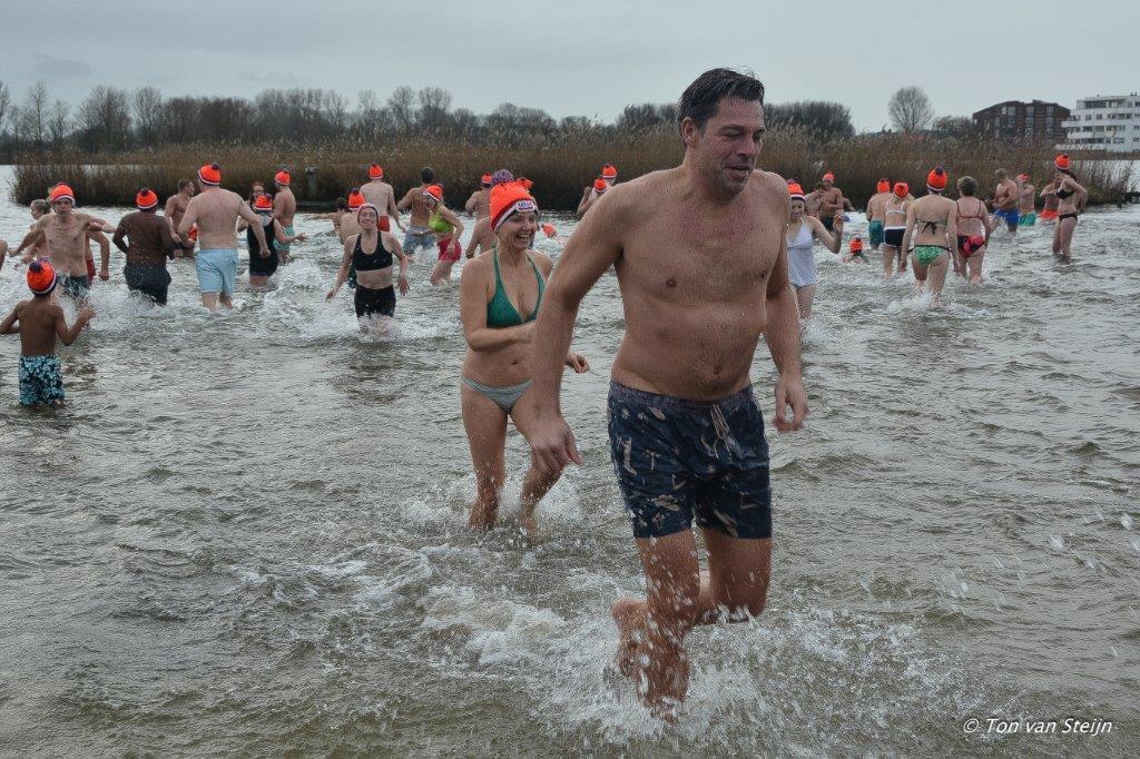 8e Nieuwjaarsduik  Velserbroek telde ruim 200 duikers.