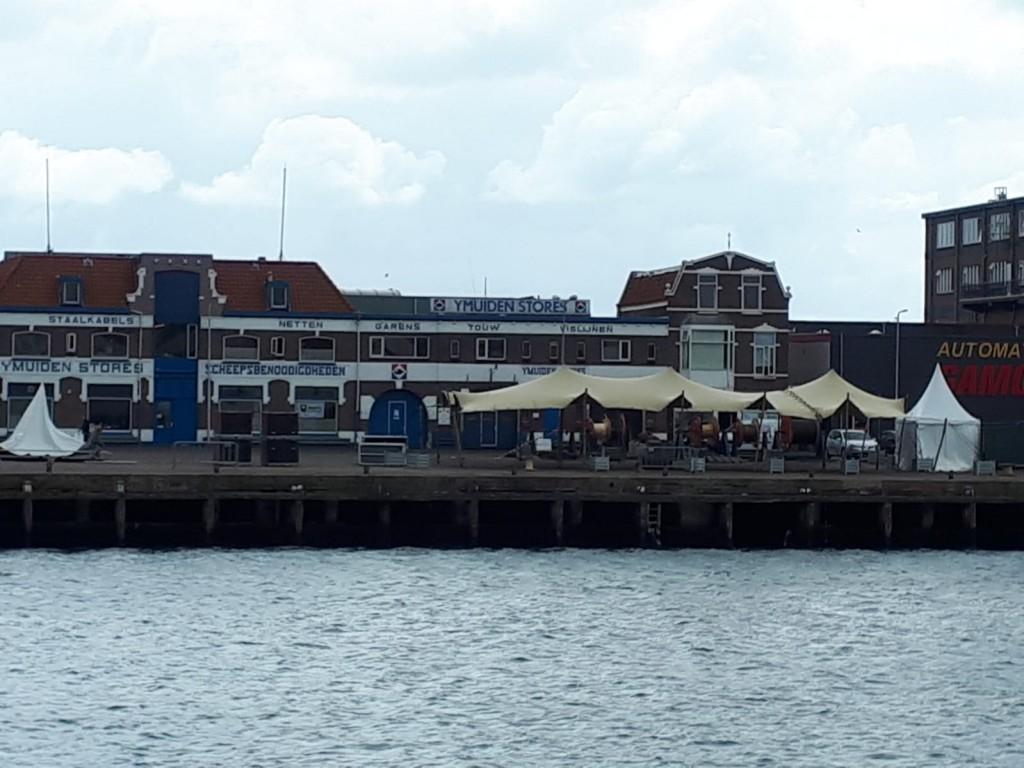 Opbouw Havenfestival vordert ondanks harde wind