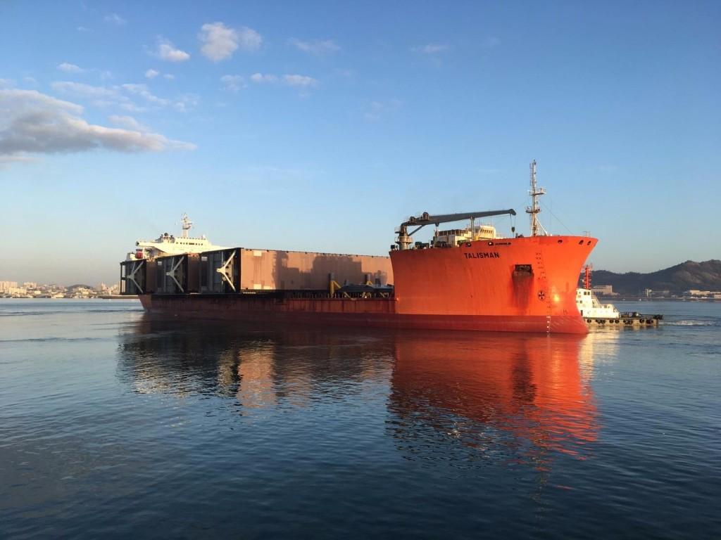 Deuren nieuwe zeesluis IJmuiden onderweg naar Nederland