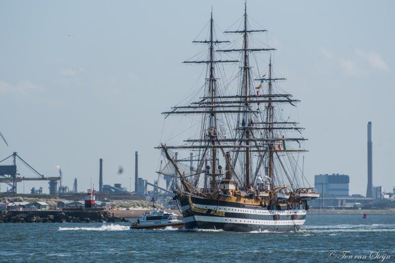 Tall-ship Amergo Vespucci verlaat IJmuiden