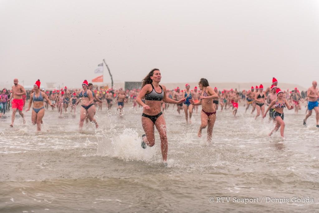 Honderden mensen bij de nieuwjaarsduik IJmuiden