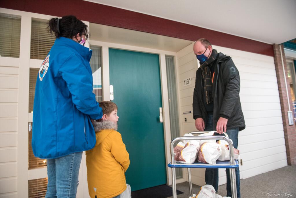 Oliebollen voor bewoners de Schulpen in Velsen-Noord
