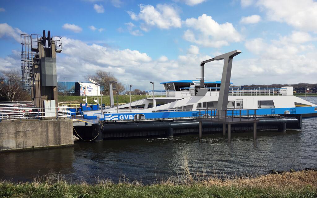Velsen krijgt eerste elektrische pont over Noordzeekanaal.