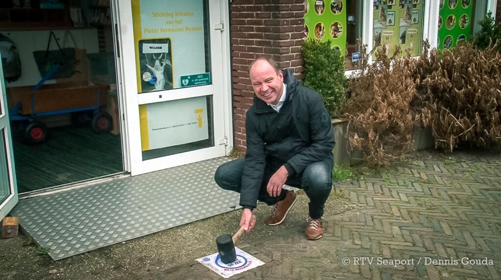 Eerste stoeptegel 'Hier begint de Zee' gelegd bij Pieter Vermeulen Museum