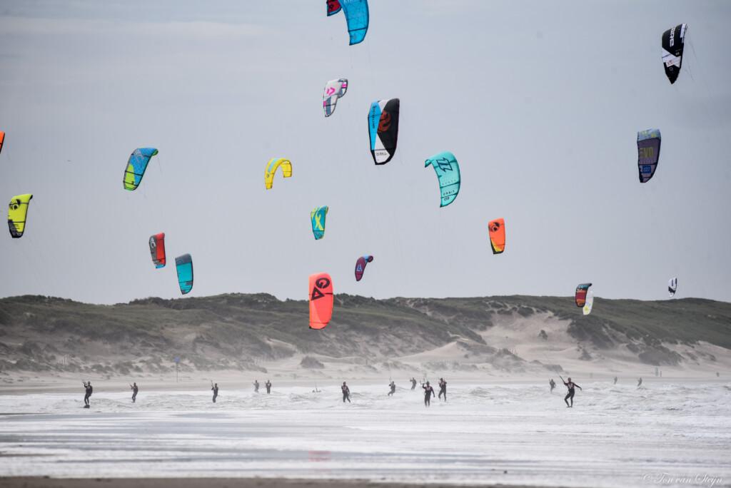 Langste kitesurftocht ter wereld passeert IJmuiden
