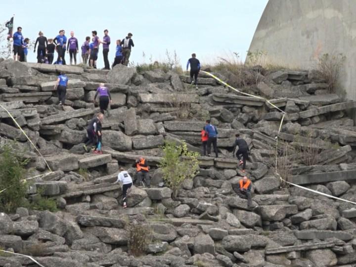 Duizenden deelnemers zwoegen door modder tijdens Strong Viking Run
