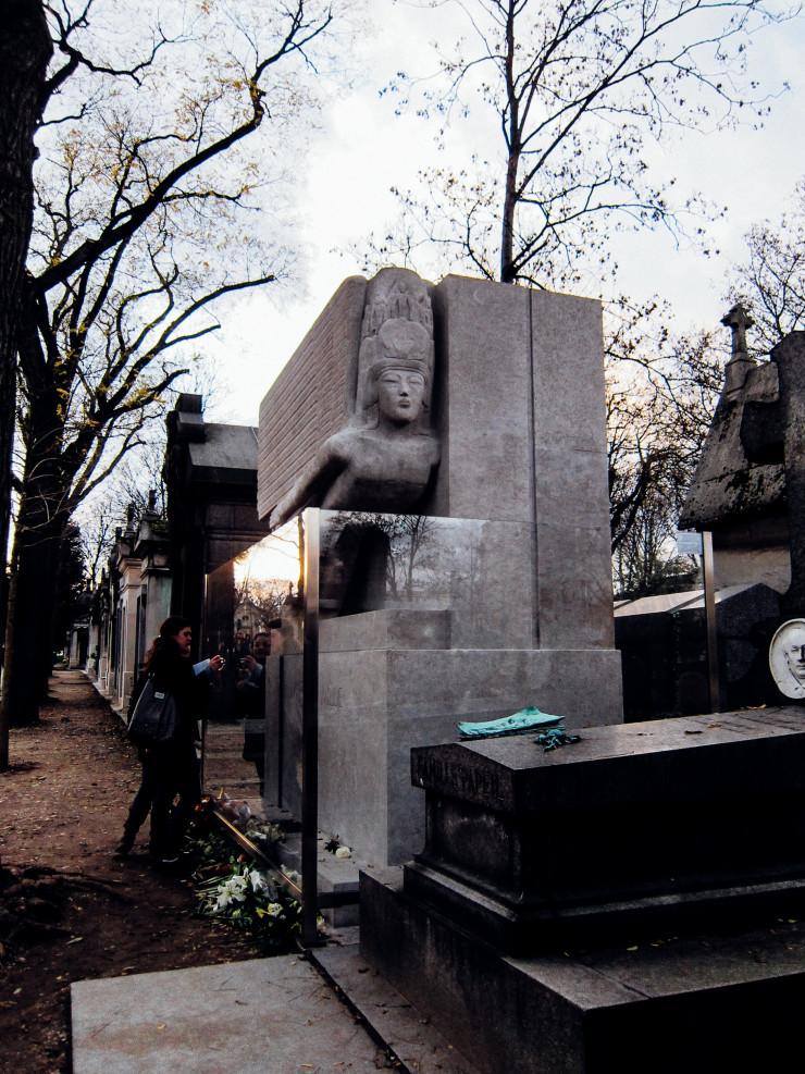 Oscar Wilde grave Pere La Chaise - Paris tips | www.rtwgirl.com