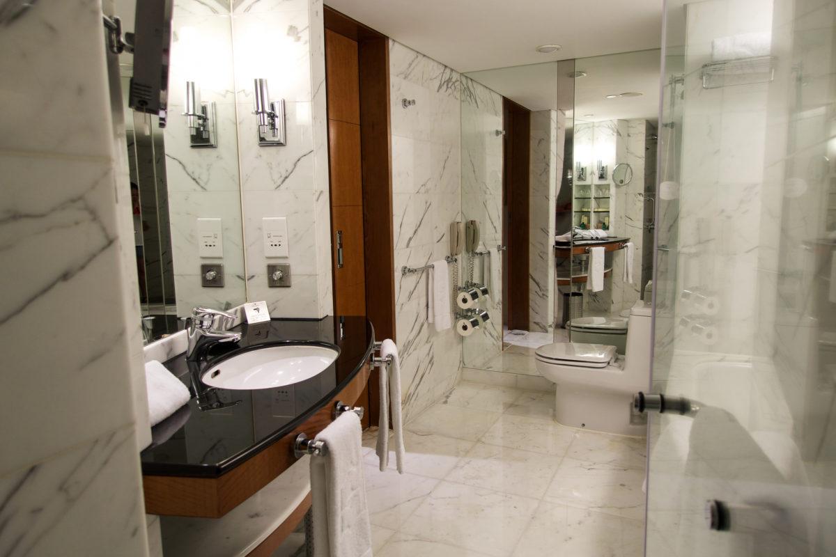 Shangri La Kowloon Bathroom | www.rtwgirl.com