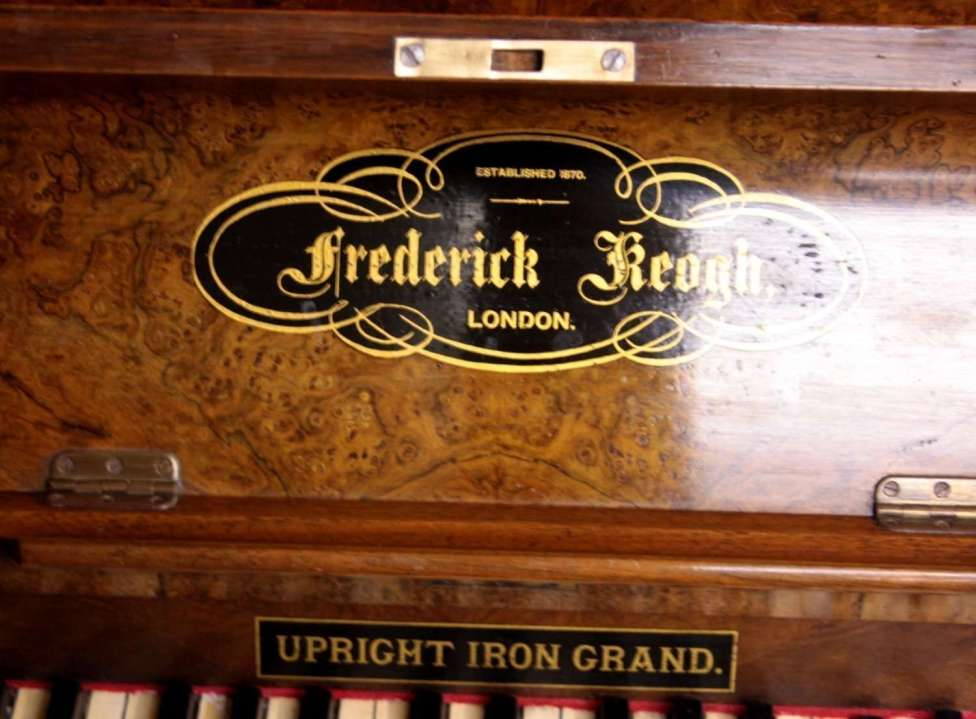 22. Pianoforte Reogh 1890, iscrizione presente nel pianoforte