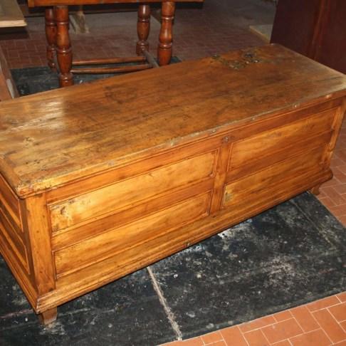 4. Immagini del restauro di una cassapanca in legno di pioppo inizi novecento