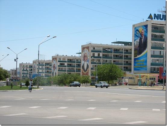 главная улица с портретами Великих