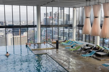 Pool with a view på Crown Metropol