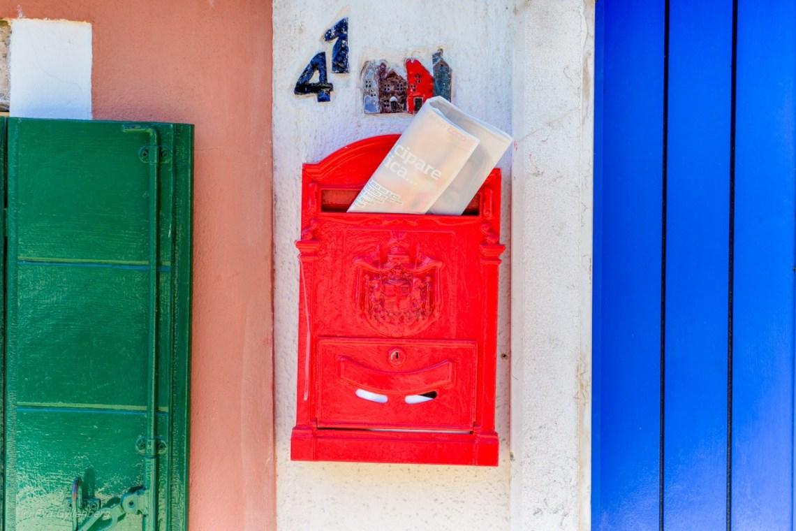 Röd postlåda på Burano - Venedig - Italien