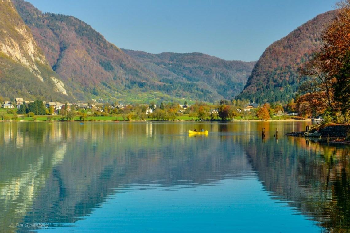 Kanoter och en spegelblank Lake Bohinj - Slovenien