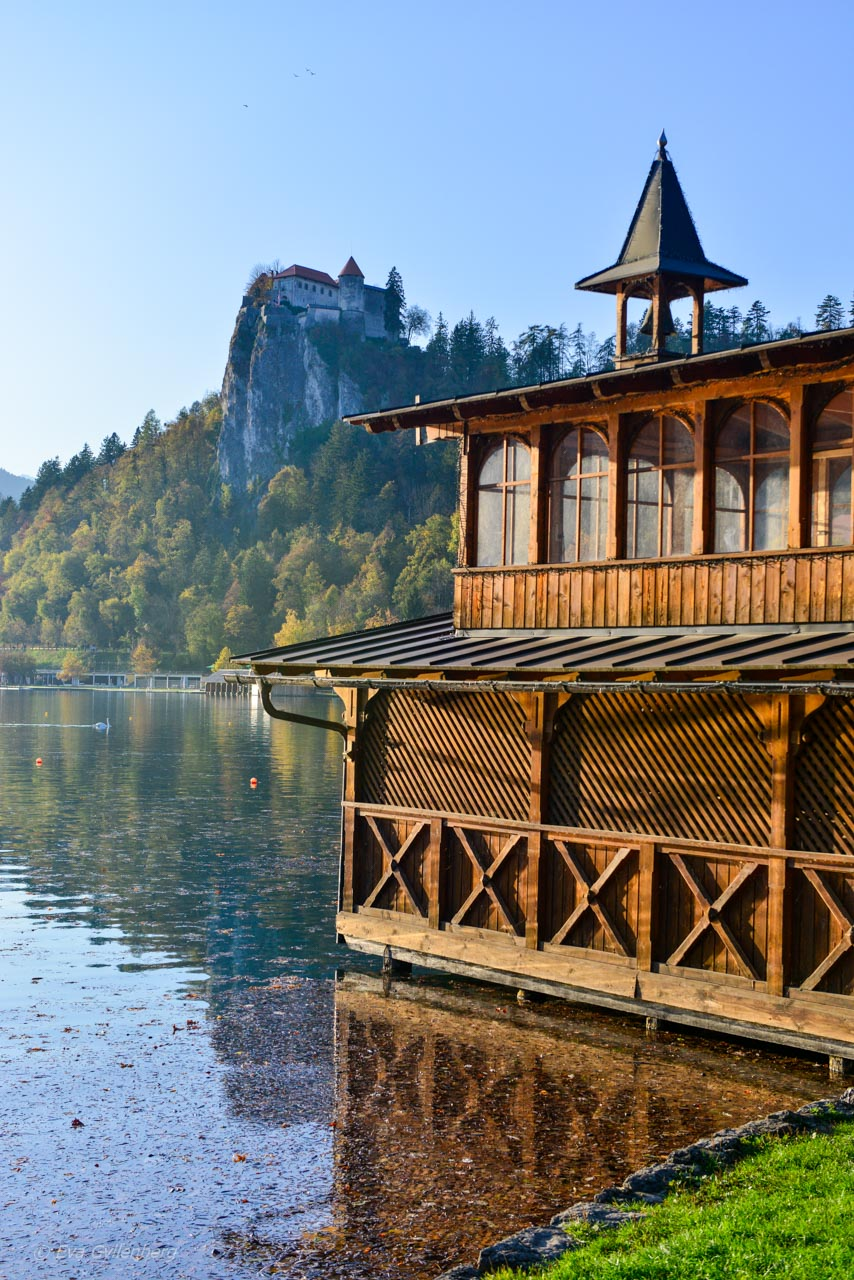 Slottet på sin kulle vid Bledsjön