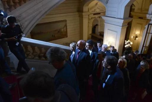 Gérard Collomb, réélu maire de Lyon pour un 3e mandat, en marche vers les questions des journalistes à la préfecture.