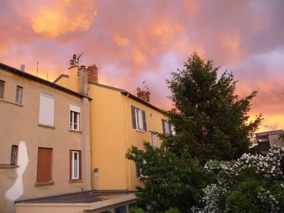 Le ciel de feu lyonnais de ce jeudi, photographié depuis la rue Camille, dans le 3e arrondissement. ©Maryline Saint-Antoine / Rue89Lyon
