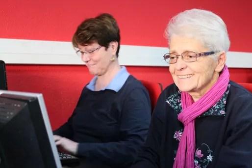 Rose et Irène en cours d'initiation à l'informatique. Crédit : E.T./Rue89Lyon.