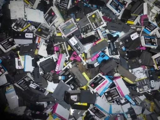 Six millions de cartouches d'imprimantes usagées, sur les bras.