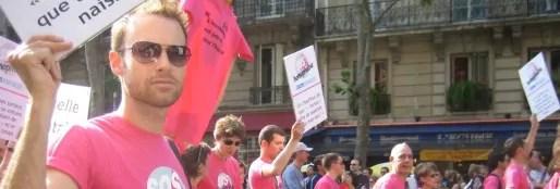 Manifestants-de-SOS-Homophobie-a-la-Marche-des-Fiertes-LGBT-de-Paris-en-juin-2006-heteroclite-copyright-Sébastien-Bertrand