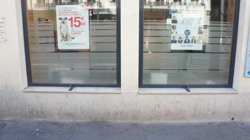 DIspositif anti-SDF devant la fenêtre du Crédit Mutuel 12 rue de la République. Crédit GB/Rue89 Lyon.