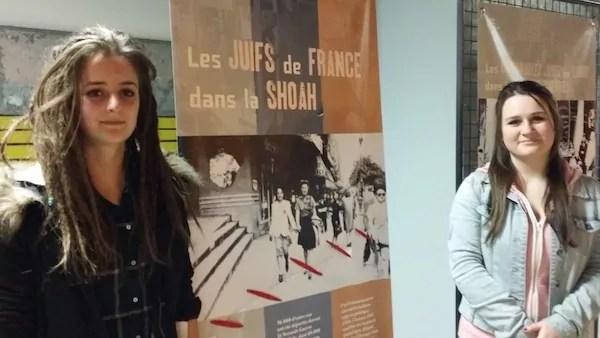 Lucie (à gauche) en compagnie d'une autre élève de Givors, Sarah. C'est elle qui a raccommodé avec du tissu rouge l'un des panneaux de l'expo lacéré. ©LB/Rue89Lyon