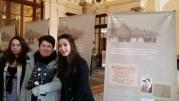 Une lycéenne de Givors, Bahar, en compagnie d'une de ses camarades et de sa prof de Français. ©LB/Rue89Lyon