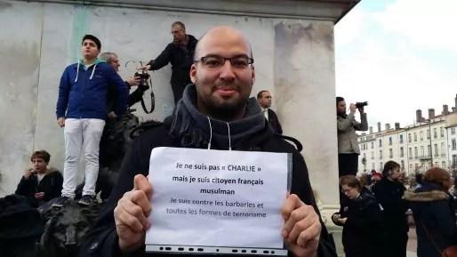 """Mohammed Barchi a marché à Lyon, pour """"défendre la liberté d'expression sans adhérer aux dessins de Charlie Hebdo"""". Crédit : LB/Rue89Lyon."""