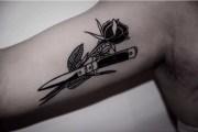 tatouage rose coupée au couteau