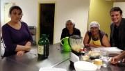 L'atelier cuisine du centre social des Minguettes. A droite, Boris, le fondateur de l'association Vrac. ©LB/Rue89Lyon