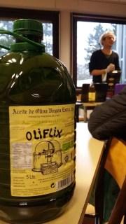 """L'huile d'olive bio, produit """"star"""" du groupement d'achat Vrac. ©LB/Rue89Lyon"""
