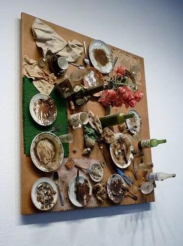 """""""Tableau-piège"""" de Daniel Spoerri  exposée à la Neue Nationalgalerie / Crédits Flickr"""