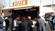 Pause repas au camion à pizza pour Laurence Parisot et Mourad Benchellali sous l'oeil de BFM-TV. ©LB/Rue89Lyon