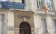 Depuis le 27 avril, deux familles sont « hébergées » dans le gymnase de l'école Mazenod, place Guichard (Lyon 3e). ©LB/Rue89Lyon