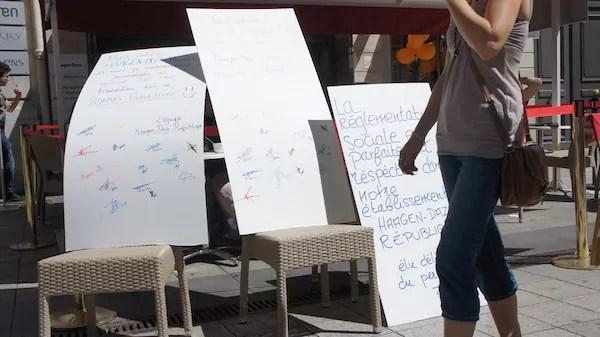 Le 21 juin, lors d'un rassemblement devant Häagen-Dazs, des panneaux sont dressés par la direction du magasin de la rue de la République. ©DR