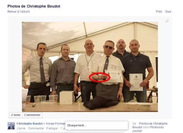 Capture d'écran de la photo où l'on voit le membre du DPS. Facebook de Christophe Boudot