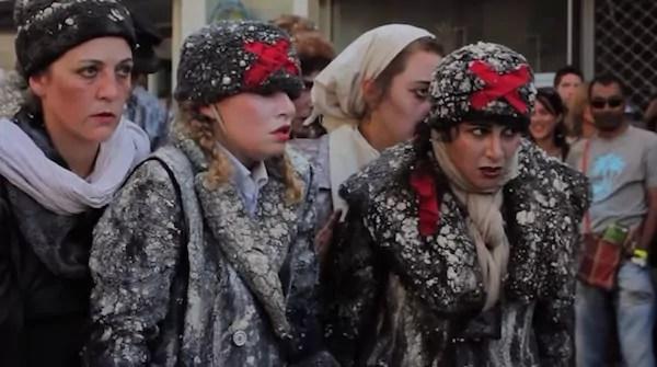 Déambulation du Teatro del silencio au festival d'Aurillac 2014. Capture d'écran