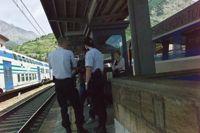 Contrôle de la police française sur le quai de la gare de Bardonecchia en juin 2015. ©Benjamin Vanderlick