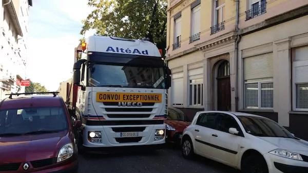 Vers 17h ce jeudi, le convoi exceptionnel au début de la rue André Bollier, côté rue de Gerland. Nos locaux sont à gauche, au niveau de la remorque.
