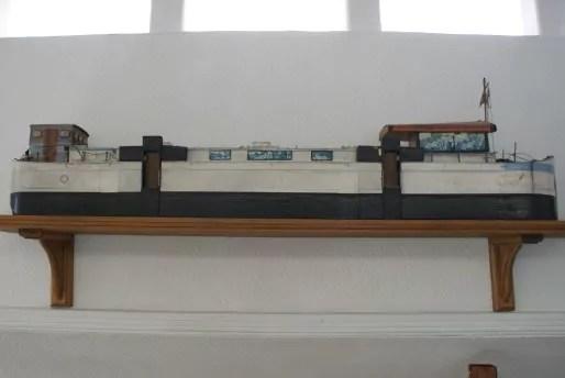 """à l'intérieur de la chapelle, la maquette de l'ancien navire """"Le Lien"""""""