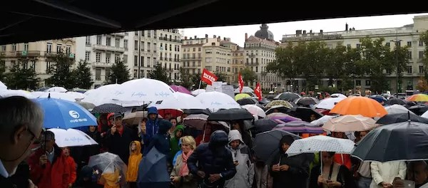 parapluies pour l'accueil des réfugiés. ©LB/Rue89Lyon