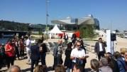 Le lancement de la campagne du Rassemblement devant le musée des Confluence. En rouge et blanc, la statue d'Only Lyon. ©LB/Rue89Lyon